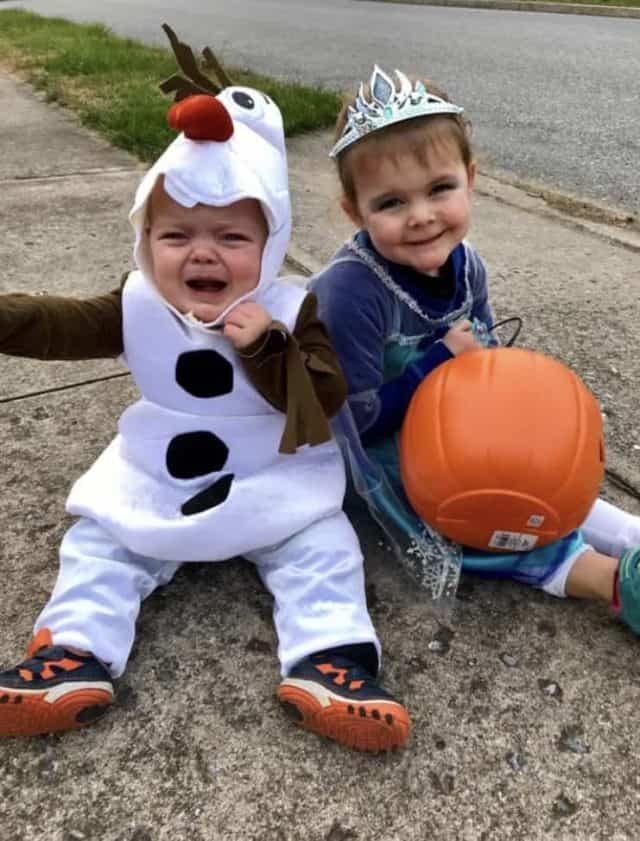 Kids in Frozen costumes dressed as Elsa and Olaf